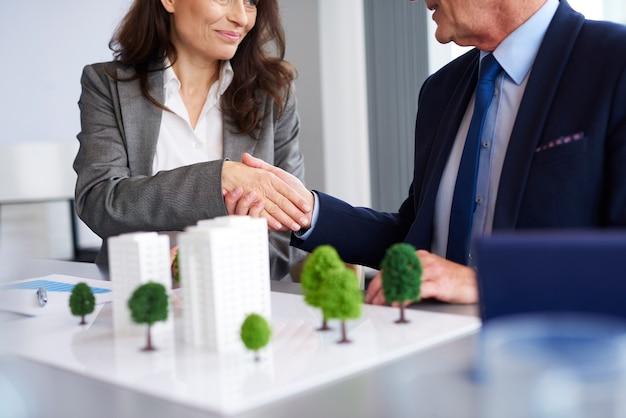 Close up van zakenpartners handen schudden