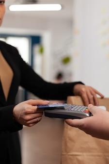 Close-up van zakenvrouw die financiële en niet-contante transacties doet