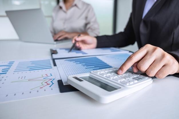 Close up van zakenvrouw kosten van het project berekenen