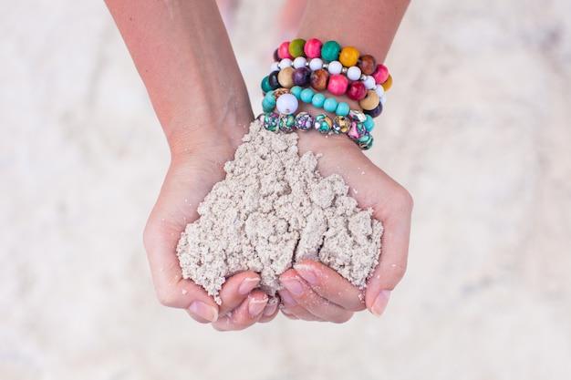 Close-up van zandhart in de handen van de vrouw