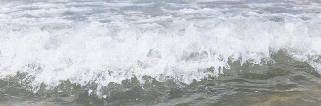 Close-up van zee golf met witte schuim achtergrond. zomer rust concept