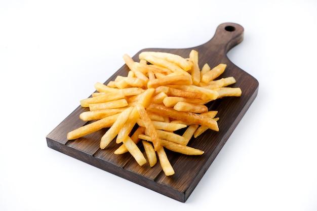 Close-up van zelfgemaakte gebakken aardappelen op een houten bord geïsoleerd op white