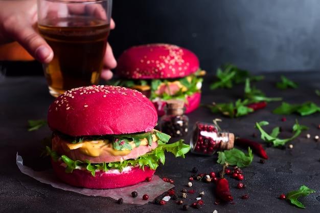 Close-up van zelfgemaakte hamburgers met sla en worst
