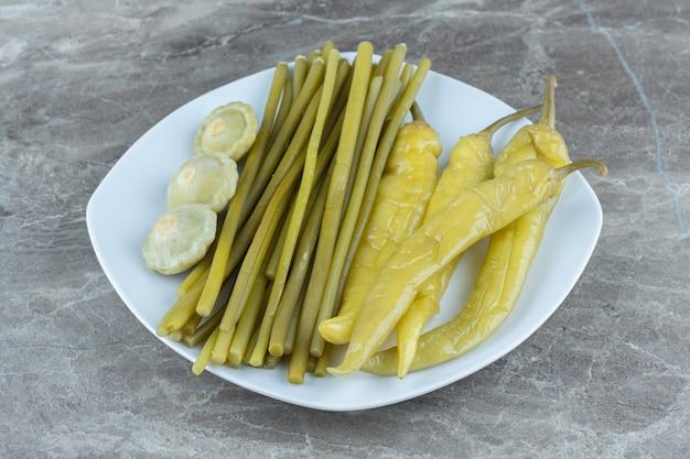 Close up van zelfgemaakte ingemaakte groenten