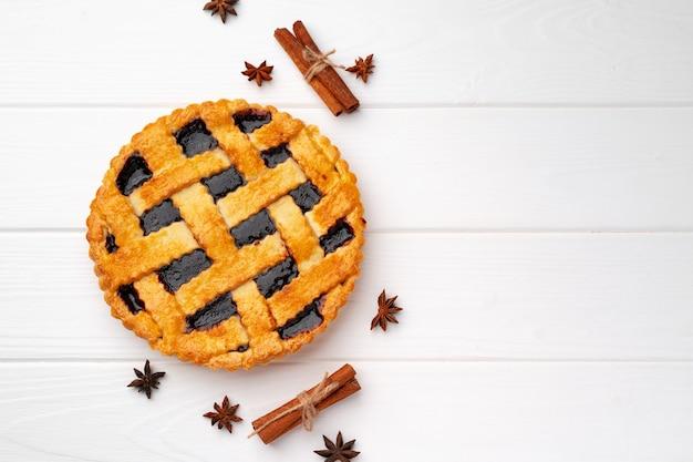 Close-up van zelfgemaakte traditionele zoete herfst framboos taart taart op houten tafel voor thanksgiving