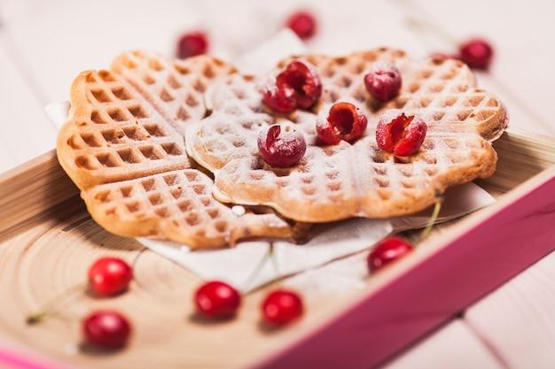 Close-up van zoete wafels met kersen
