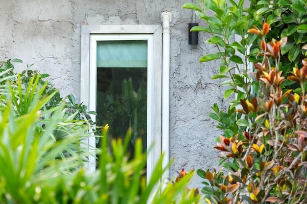 Close-up van zolderstijl van huis in groene tuin