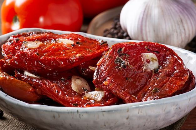 Close-up van zongedroogde tomaten in een kom