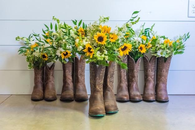 Close-up van zonnebloemen in laarzen
