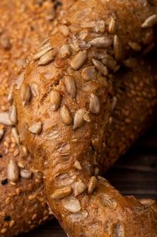 Close-up van zonnebloempitten op bagel