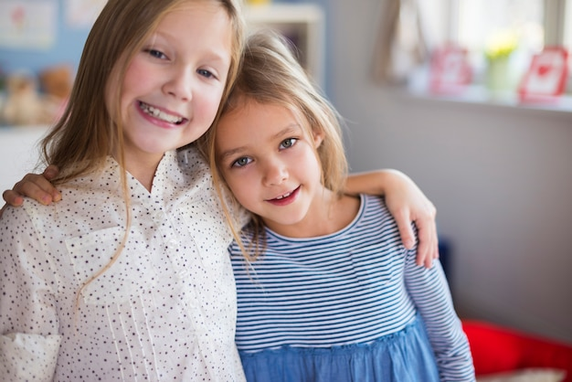 Close up van zusters die elkaar omhelzen