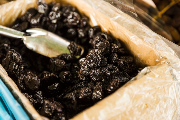 Close-up van zwarte datums voor verkoop in marktkraam