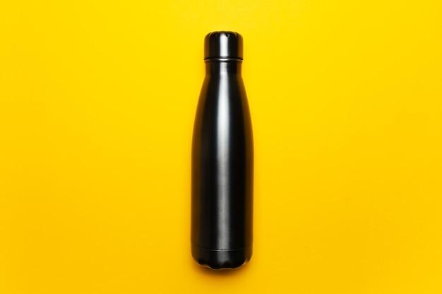 Close-up van zwarte herbruikbare stalen thermofles voor water