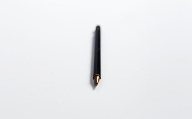 Close-up van zwarte pen op wit oppervlak.