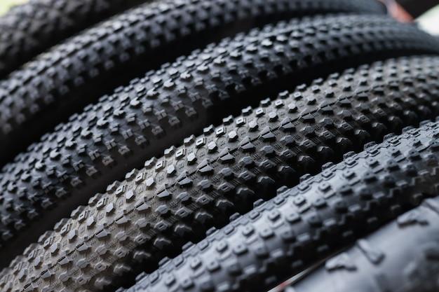 Close-up van zwarte rubberbanden van fiets die het concept van mountainbikebanden kiezen