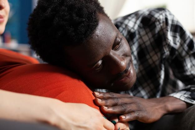 Close up van zwarte vader van kind aanraken buik