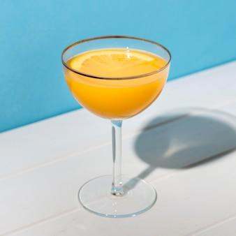 Close-up verfrissende alcoholische cocktail klaar om te worden geserveerd