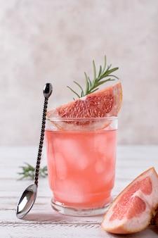 Close-up verfrissende alcoholische drank met grapefruit