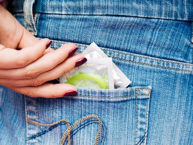 Close-up verpakte condooms in achterzak