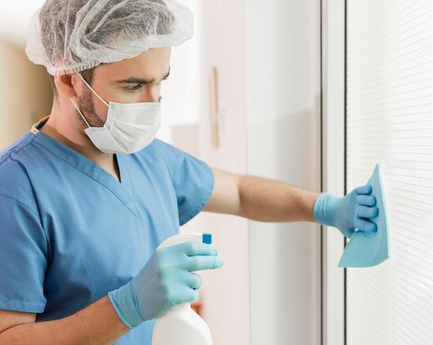 Close-up verpleegster desinfecterende oppervlakken
