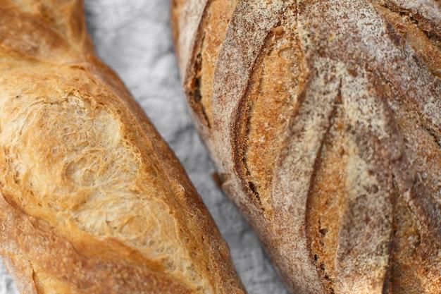 Close-up vers gebakken brood op licht vage achtergrond