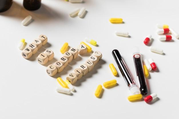 Close-up verscheidenheid van capsule op de tafel