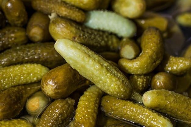 Close-up verse ingelegde komkommers