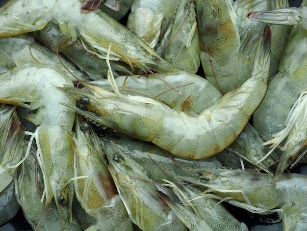 Close-up verse rauwe pacific witte garnalen achtergrond, bereide gerechten in de keuken