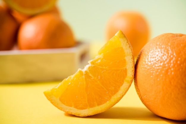 Close-up verse sinaasappelen op tafel