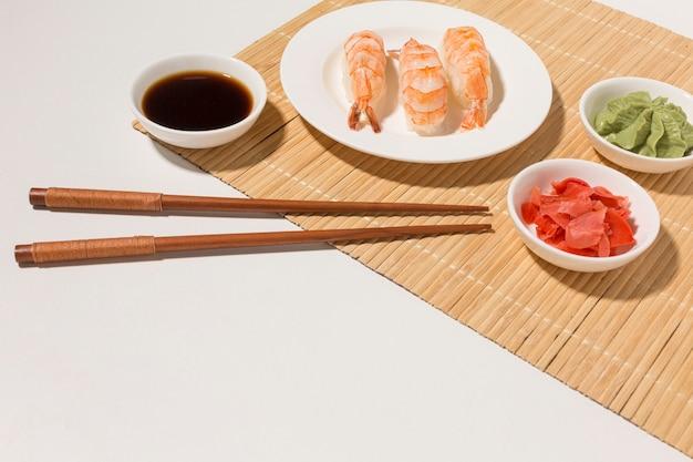 Close-up verse sushi met sojasaus en wasabi