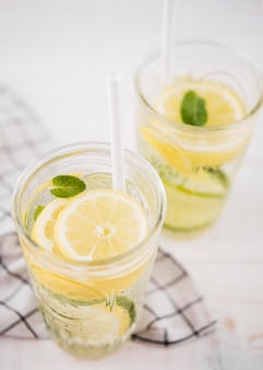 Close-up verse zelfgemaakte limonade met munt
