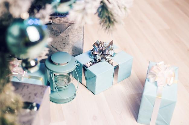 Close-up versierde dennenboom en geschenkdozen.