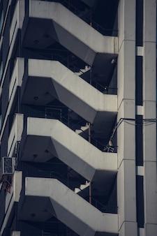 Close-up verticaal schot van een flatgebouwkant met moderne architectuur