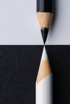 Close-up verticaal schot van zwarte en witte potloden