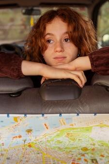 Close-up verveeld meisje in auto