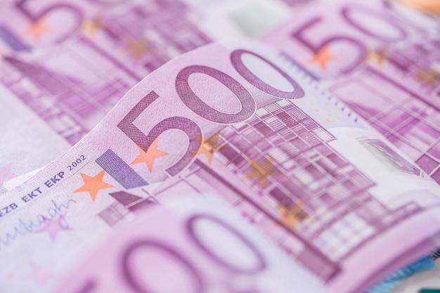 Close-up vijf houndred euro bankbiljetten geld en valuta.