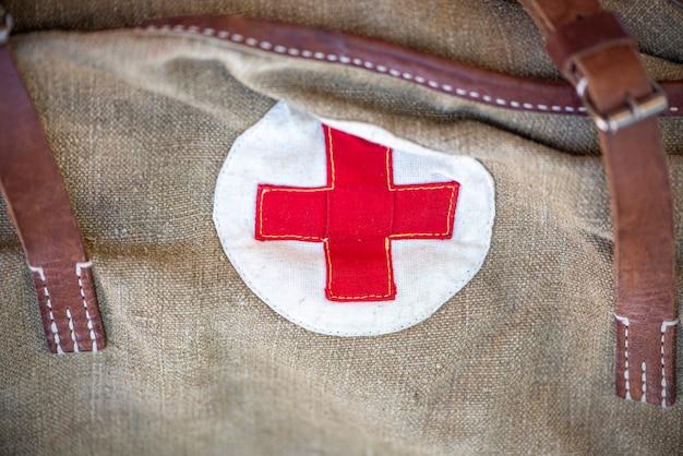 Close-up vintage militaire tas met een rood kruis. sovjet-tas voor medicijnen. oude tas voor het leger. de tweede wereldoorlog