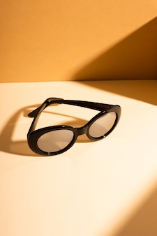 Close-up vintage zonnebril met schaduw
