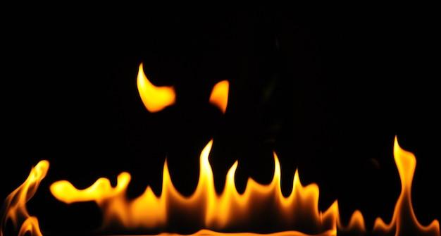 Close-up vlammen van een alcoholbrander op een donkere achtergrond