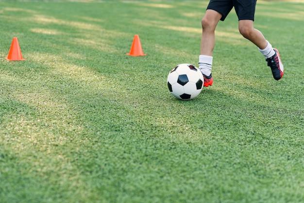 Close-up voetballers trainen met bal
