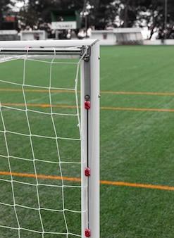 Close-up voetbalnet en veld