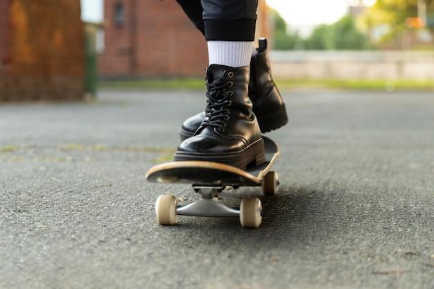 Close-up voeten op skateboard in buitenwijken