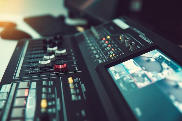 Close-up volumeschuif van digitale geluidsmixer in de studio voor opname.