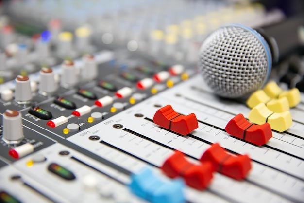 Close-up volumeschuif van digitale geluidsmixer in de studio
