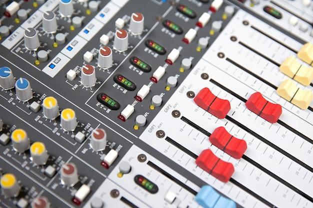 Close-up volumeschuif van digitale geluidsmixer.