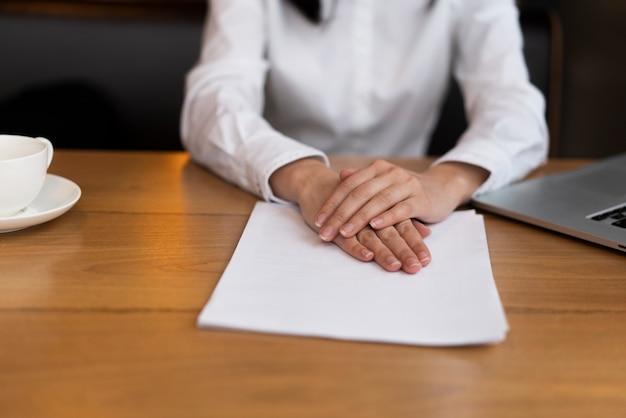 Close-up volwassen hand in hand op papier