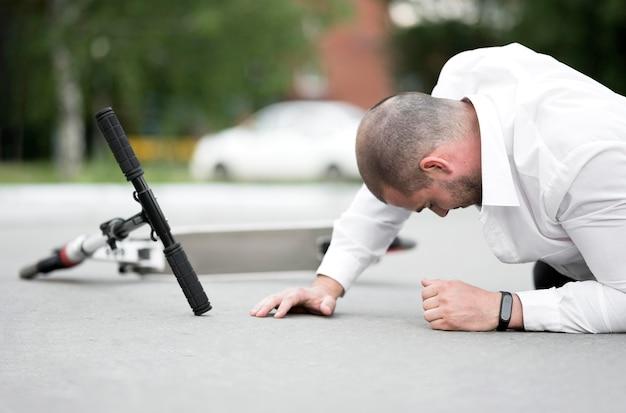 Close-up volwassen man gewond na het rijden scooter