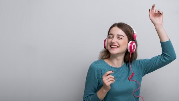 Close-up volwassen vrouw die van goede muziek geniet