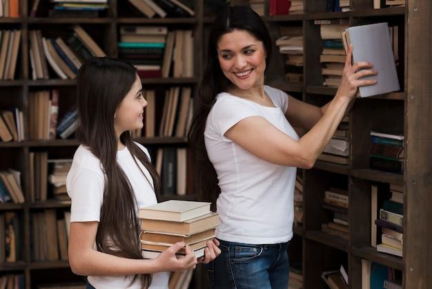 Close-up volwassen vrouw en jong meisje bij de bibliotheek