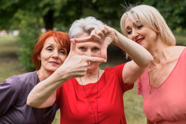Close-up volwassen vrouwen poseren